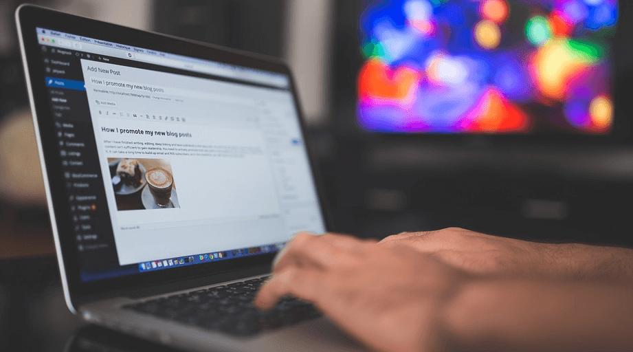 Escribiendo en un portátil con WordPress